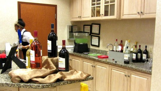 Drury Inn & Suites Dayton North: Free drinks every night!
