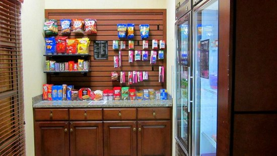 Drury Inn & Suites Dayton North: Mini store area