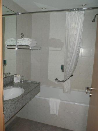 Clayton Hotel Leeds : Bathroom