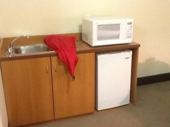 Mercure Welcome Melbourne: toaster, mikrowelle und wasserkocher auf dem zimmer