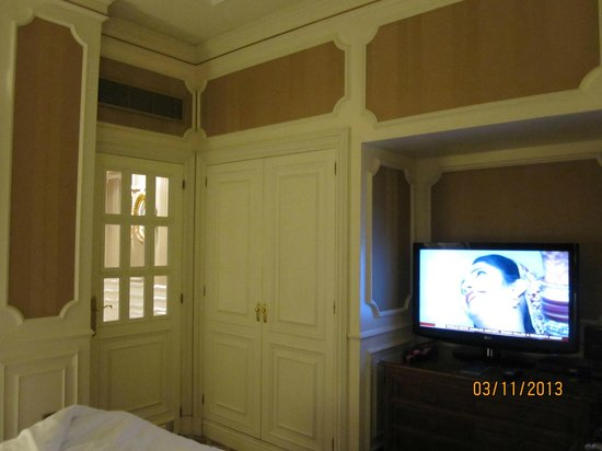 Gran Meliá Fénix: Has a door separating the entrance foyer to the room