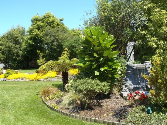 Ohau Highland Bed and Breakfast: Native garden with water feature