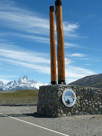 Road to El Chalten: Ingreso al Parque Nacional los Glaciares, de fondo el Fitz Roy