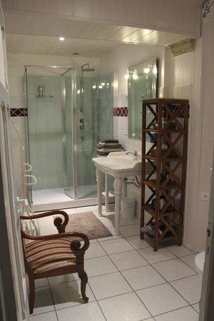 Le Manoir de Juganville : a large modern bath in this antique chateau