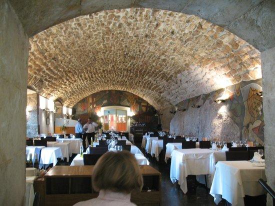 Hotel Abat Cisneros: ресторанчик у скалы