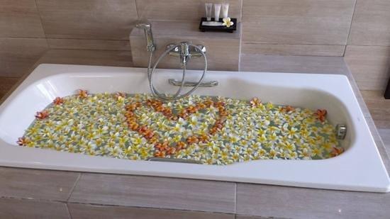 Transera Grand Kancana Villas Bali: our nice derco in the bathtub..