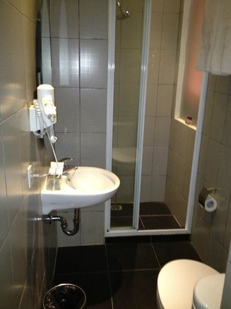 J Hotel: Executive Room-Shower Room With Problems