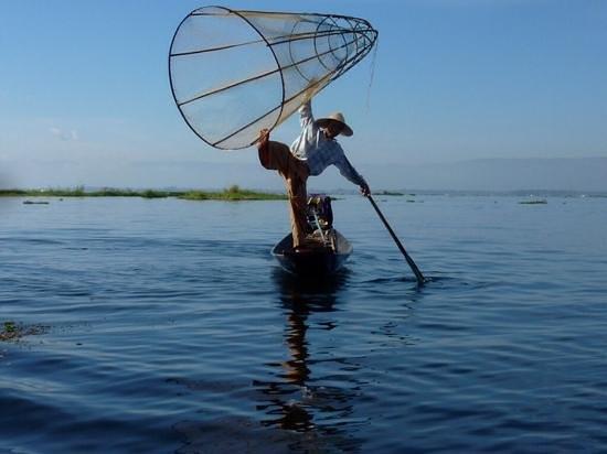 Nyaung Shwe, Myanmar: acrobaat op vissersboot