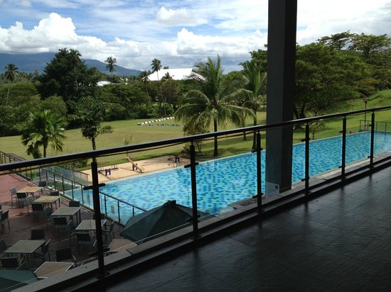 Novotel Manado Golf Resort & Convention Centre : Nice Swimming Pool and Mountain View