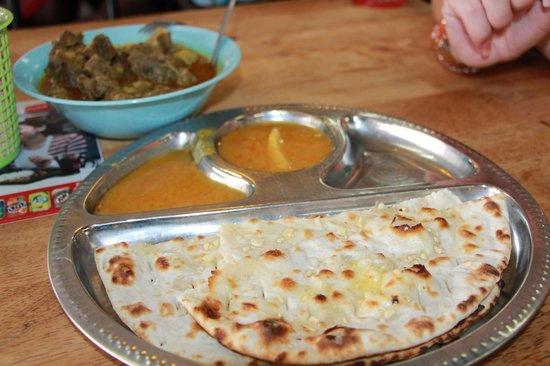 Nasi Kandar Tomato: Лепешки Naan с луком, баранина карри...