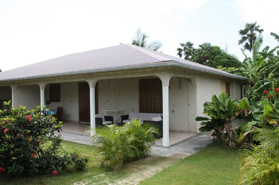 Ti-Soleil: Blick auf  Haus mit Terrasse