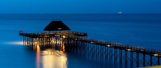 Sea Cliff Resort & Spa: Jetty at night