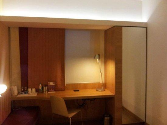 Hotel Ibis Bengaluru Hosur Road: Study table