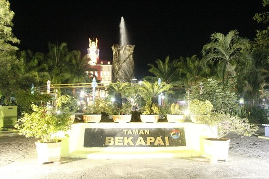 Novotel Balikpapan: park close to the hotel