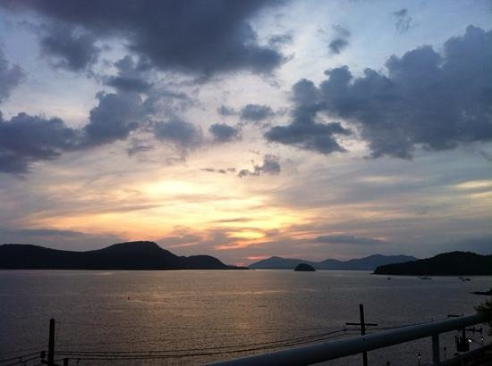 Kantary Bay, Phuket : Sunset from the roof top pool