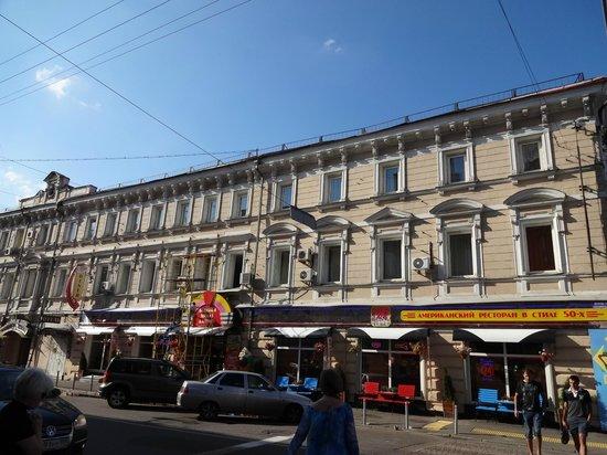 Hotel Bulvar: 大通りに面したホテルの建物