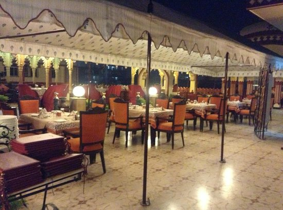 Umaid Bhawan Heritage House Hotel: roof top dining