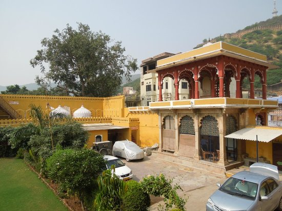 Hotel Nawal Sagar Palace: The hotel courtyard