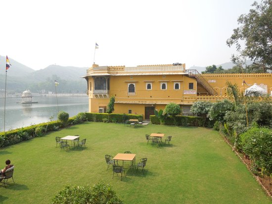 Hotel Nawal Sagar Palace: The lawn