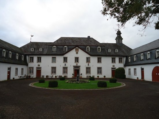 Schloss Auel: Day View of the Hotel