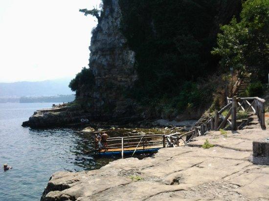 Villaggio Santa Fortunata Campogaio: Spiaggia con gli scogli