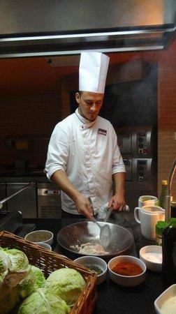 Tirena Hotel : 夕食ブッフェ ビーフステーキを焼いてくれる