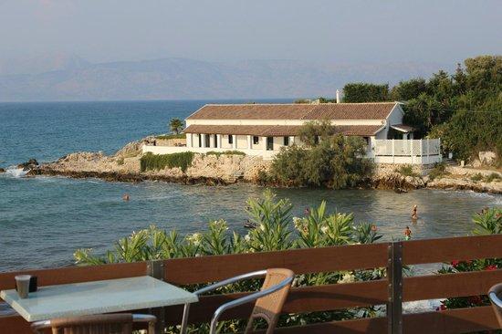 Mareblue Beach Resort: Vue de la piscine vers la plage