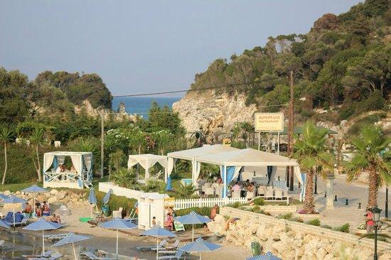 Mareblue Beach Resort: Autre vue de la piscine vers la plage