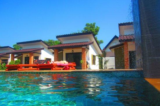 Coco Lanta Resort : piscine chambre