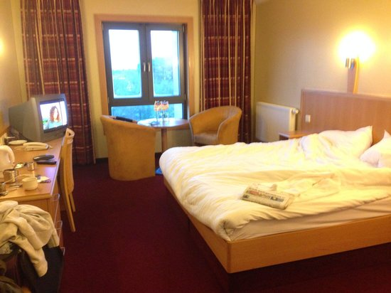Clayton Hotel Leopardstown: Good size room old style CRT tv
