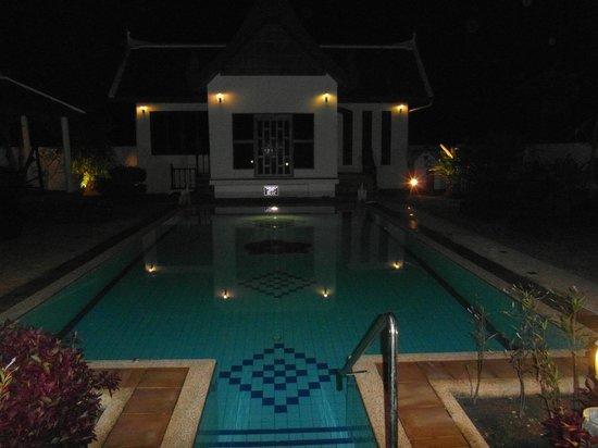 Phuket Baan Chang B&B: pool at night