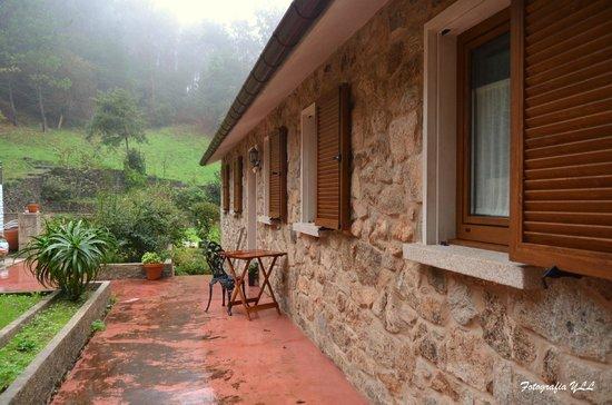 Casa Fontequeiroso: Fachada lateral de la casa y acceso a las habitaciones