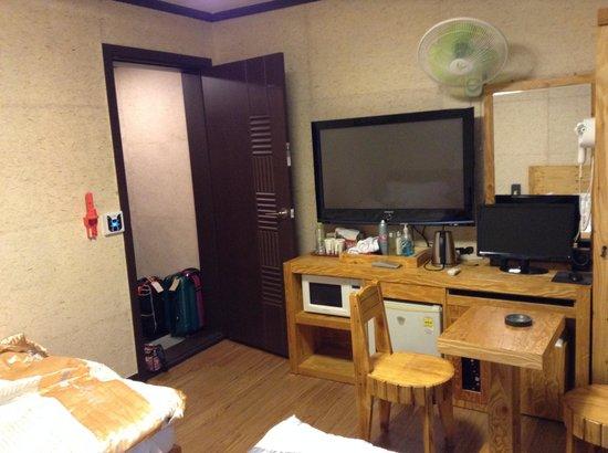 Gung Tourist Hotel: テレビとパソコン