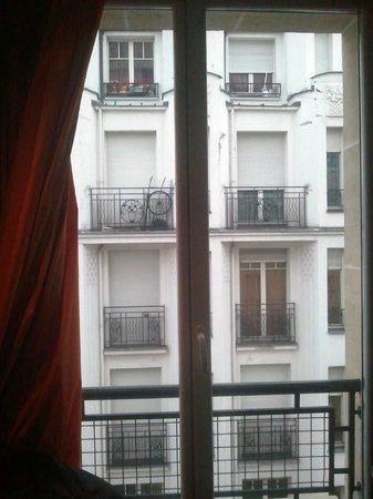Hotel le Chat Noir: View from room, it's nicer if you look out to your right!
