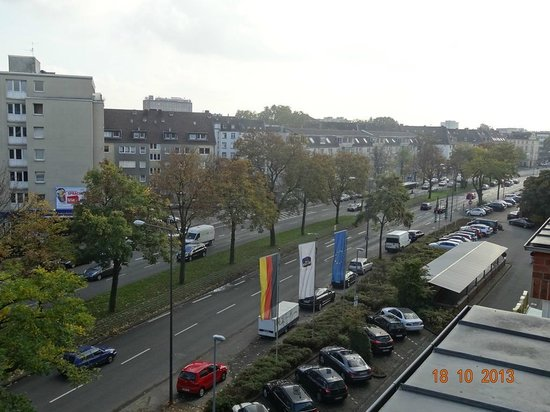 Best Western Premier Hotel Park Consul Koeln: View from our room (Main Entrance Side)