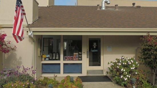 Cannery Row Inn: Отель со стороны улицы