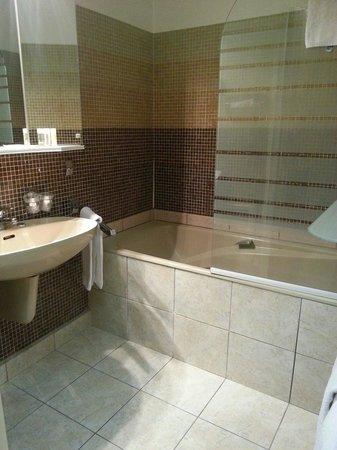La Flambee Hotel-Restaurant : salle de bain 106
