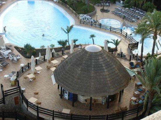 Gloria Palace San Agustín Thalasso & Hotel: Piscine et bar de la piscine prise de la chambre au 6e étage