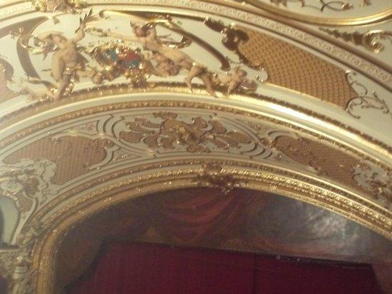 Teatrul National Vasile Alecsandri: Ceiling sculpture