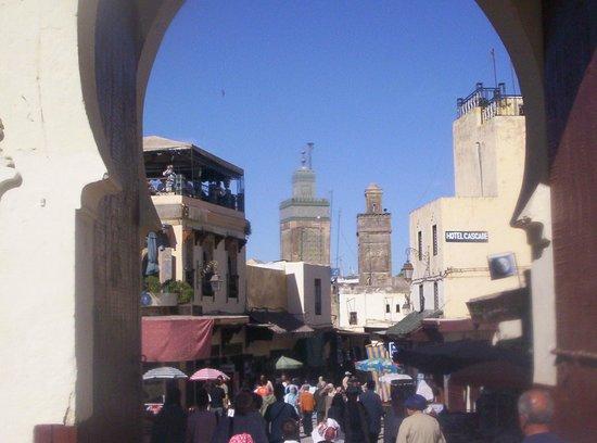 Bab Boujloud : Dall'arco centrale si ha una bellissima vista di un alto minareto.