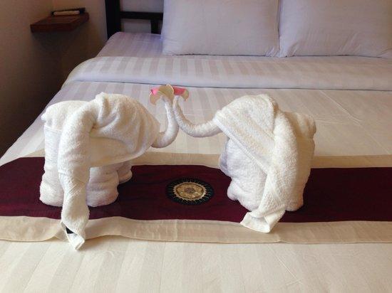 Villa Um Theara : Elephant towel folding :)
