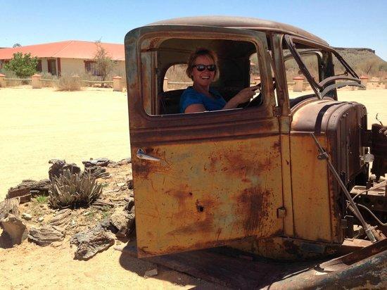 Canyon Roadhouse: Eén van de oude auto's voor het hotel