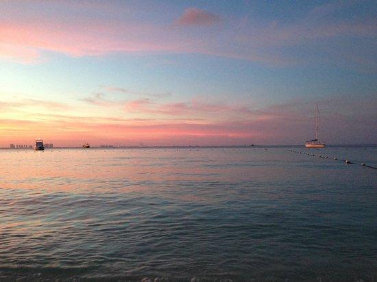 Presidente InterContinental Cancun Resort: El atardecer es imperdible en la playa