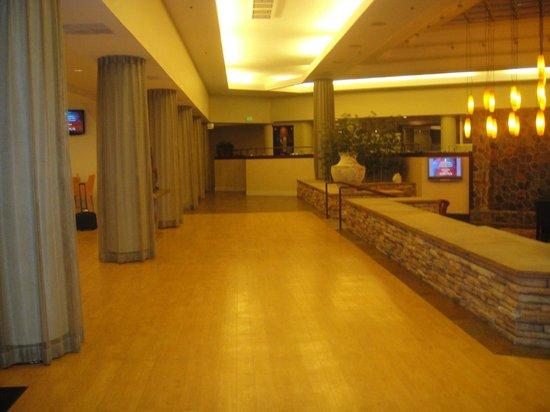 DoubleTree Denver Aurora: Entrance foyer/lobby