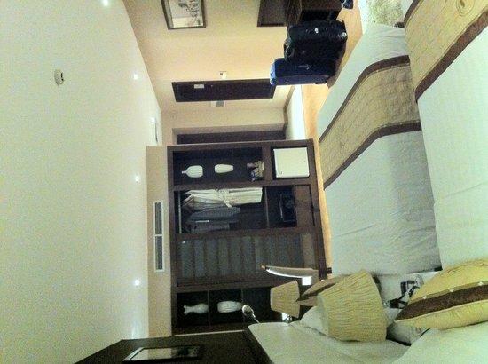 Skylark Hotel: Ampia camera