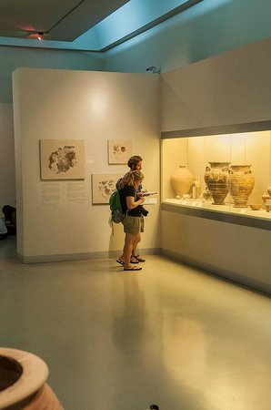 Museum of Prehistoric Thera: Lots of open space for strolling around