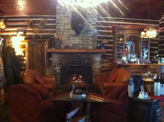Storm Mountain Lodge & Cabins : interior of lodge- restaurant is surrounding this room