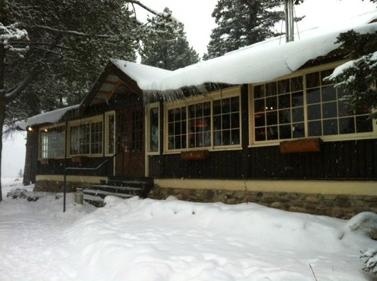 Storm Mountain Lodge & Cabins : Front of Lodge - restaurant