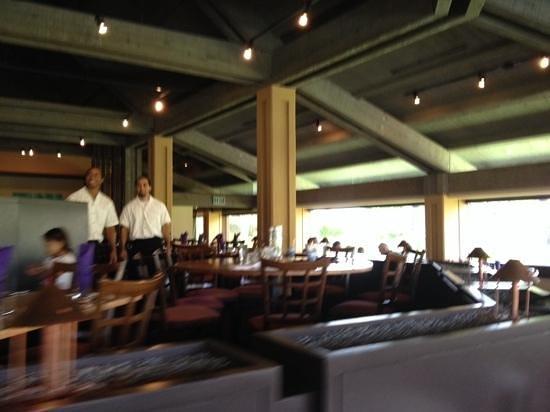 Roy's Restaurant : inside