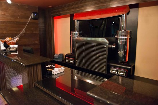 Yellowhead Inn: Front Desk